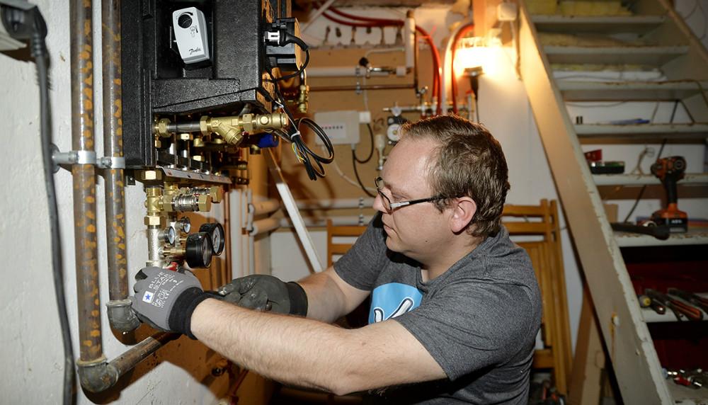 Kim Nielsen, indehaver af Kims Energi og VVS i gang med udskiftning af en fjernvarmeunit. Foto: Jens Nielsen