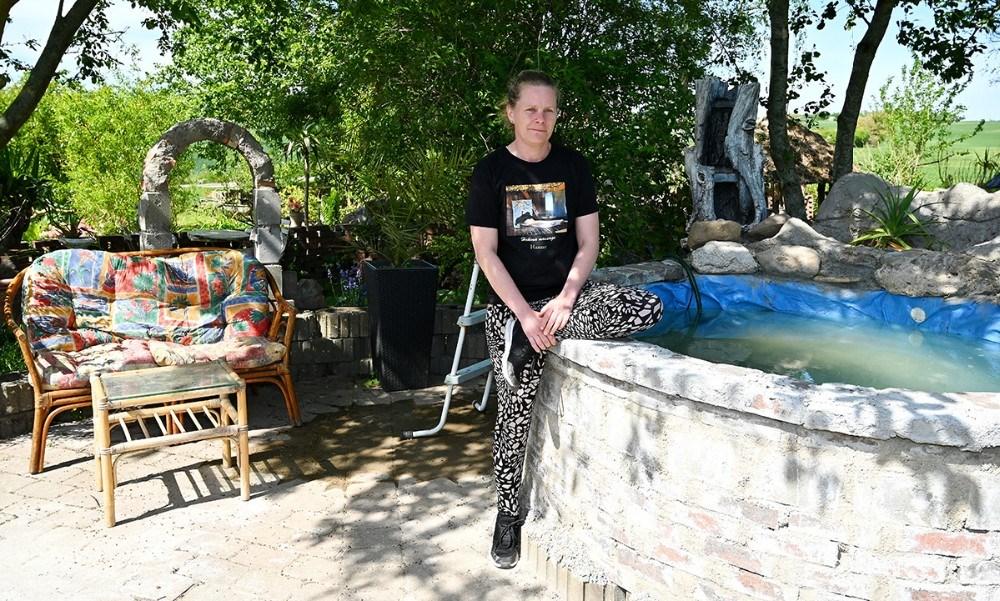 Der er ved at blive lagt sidste hånd på et udendørs varmtvandsbassin som kan benyttes før eller efter massage. Foto: Jens Nielsen