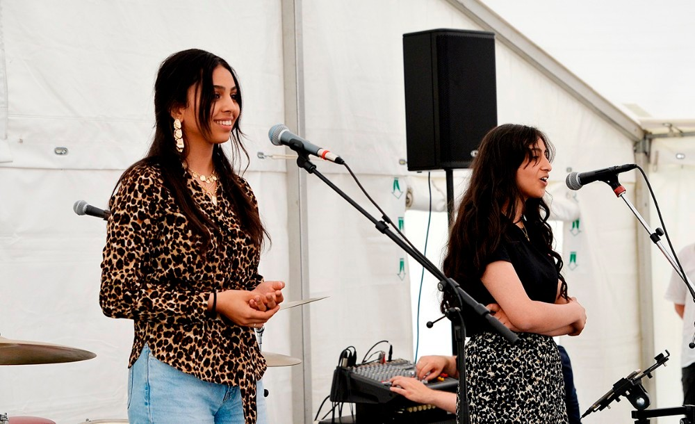 De to talentfulde søstre Hibeh og Ajeell Hanady underholdte til sommerfesten. Foto: Jens Nielsen