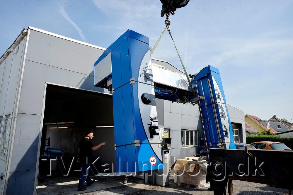 Lige omkring mandag middag, blev den helt nye vaskemaskine løftet på plads. Foto: Jens Nielsen