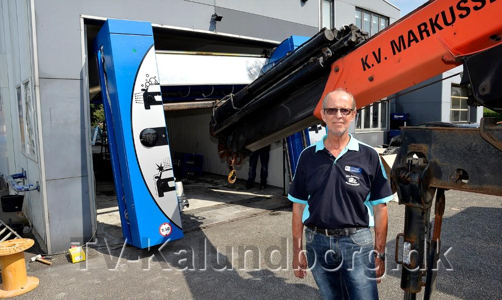 En glad Ole Jensen foran den nye vaskemaskine. Foto: Jens Nielsen
