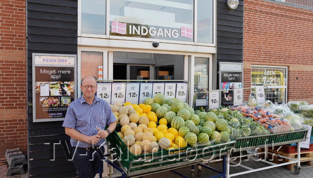Rema 1000 købmand Thomas Klembo måtte informere kunderne om at butikken var lukket på grund af strømsvigt. Foto: Jens Nielsen