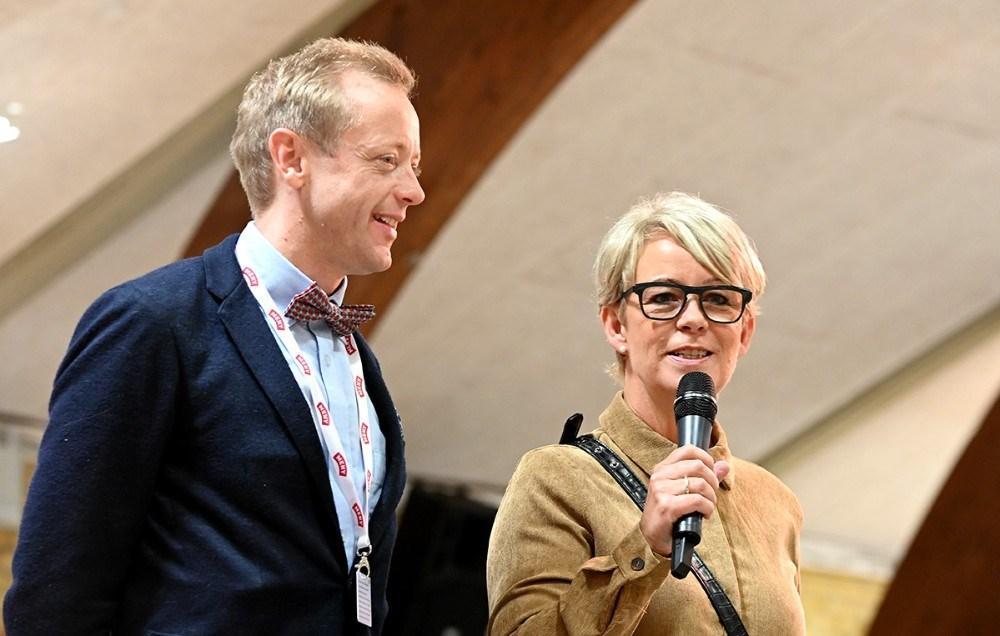 Koordinator i Vores Kalundborg, Anita Winther og købmand Peter Egebæk bød de mange bingogæster velkommen. Foto: Jens Nielsen