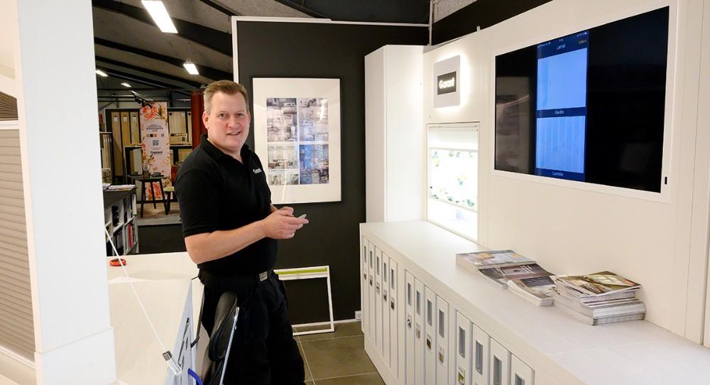 Nikolaj Schädler fra Garant i Kalundborg er klar til at vise densidste nye styring af husets gardiner i forretningens showrum. Foto: Jens Nielsen