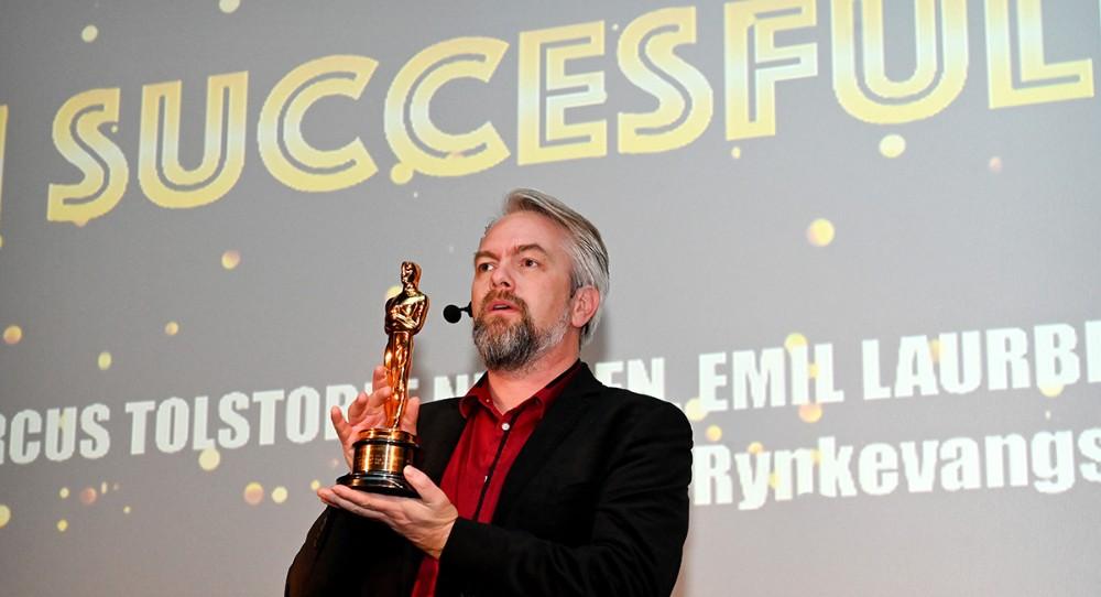 Den dobbelte Oscar-vinder, filminstruktør og manuskriptforfatter Martin Strange-Hansen, havde taget den ene af sine statuetter med til Kalundborg, vel første gang nogensinde at en Oscar har været i Kino Den Blå Engel. Foto: Jens Nielsen