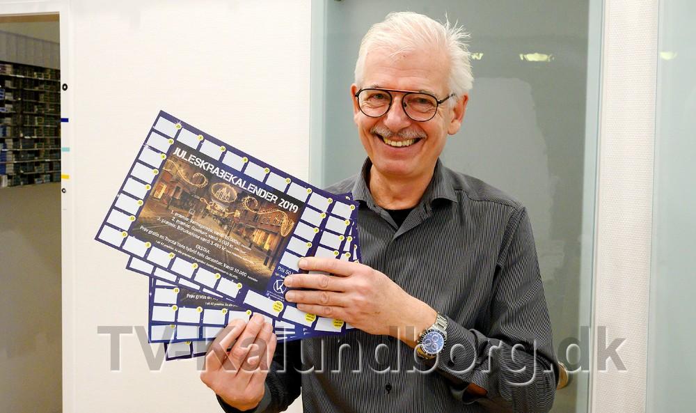 Der er præmier for samlet 60.000 kr. på jule-skrabekalenderen fra Vores Kalundborg, her præsenteret af Christian Lind. Foto: Jens Nielsen