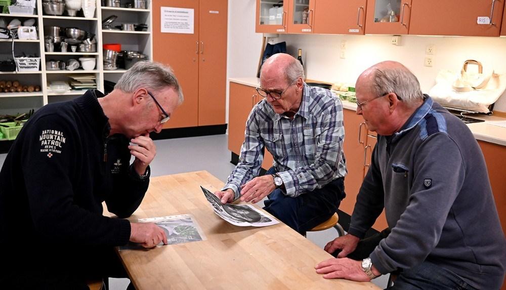 Opskriften studeres nøje. Foto: Jens Nielsen