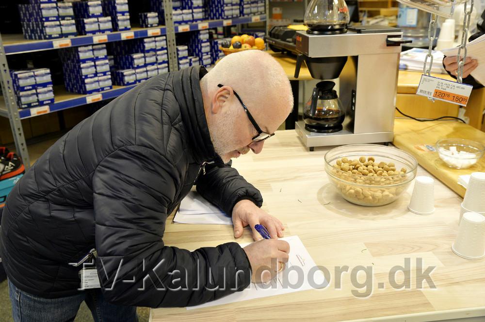 Carsten Jacobsen fra Sikkerhedsstyrelsen kontrollerer om der sælges fyrværkeri som er ulovligt. Foto: Jens Nielsen