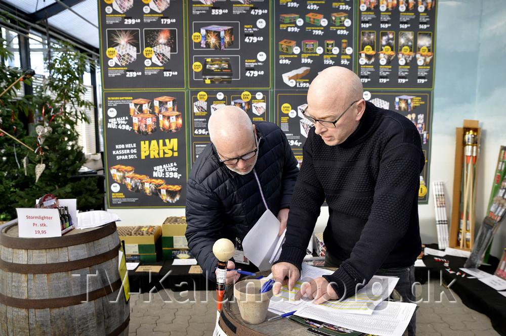 Bjarne Andersen, medindehaver af Gardenshop forklarer om det fyrværkeri som er på lager. Foto: Jens Nielsen