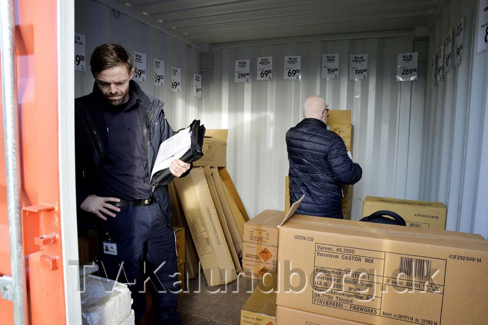 Beredskabsinspektør Daniel Weinreich fra Vestsjællands Brandvæsen kontrollerer mængden af fyrværkeri hos Jem og Fix. Foto: Jens Nielsen