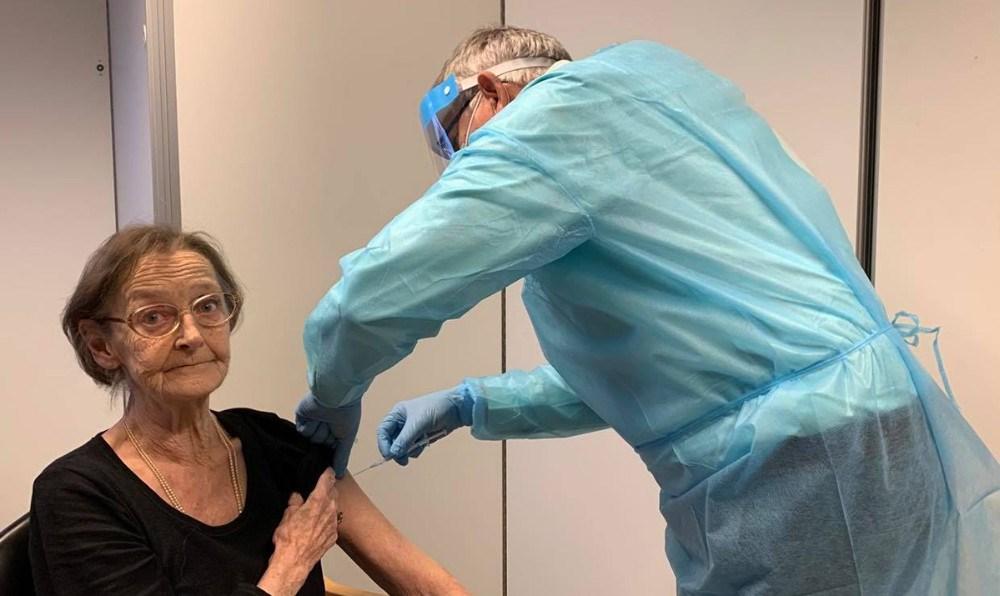 Det blev Annelise Djergberg på 77 år, der tog imod det første vaccinestik i Kalundborg Kommune. Foto: Kalundborg Kommune