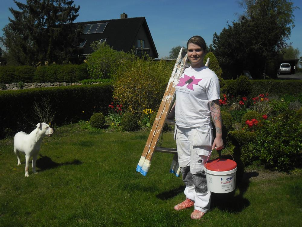 Camilla Tellerup havde svært ved at få en hverdag med job og et lille barn til at hænge sammen, hvorefter hun startede sin egen malervirksomhed, hvor hun selv kan styre sin arbejdsdag.