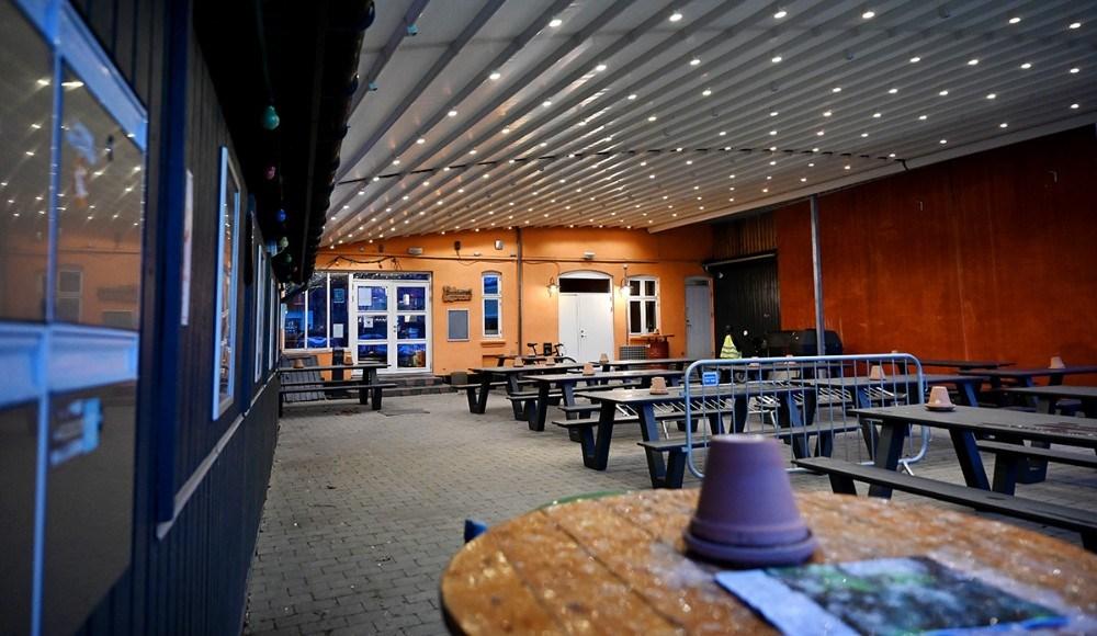 Kontoret i Kalundborg havde tændt lyset fredag aften. Foto: Jens Nielsen