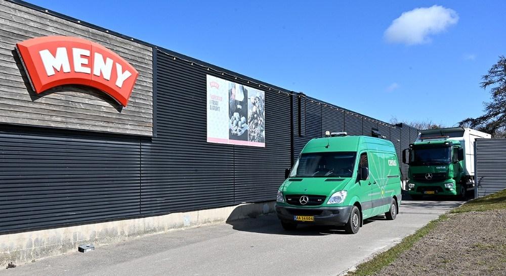 En stor mobil generator blev koblet op bag Meny. Foto: Jens Nielsen