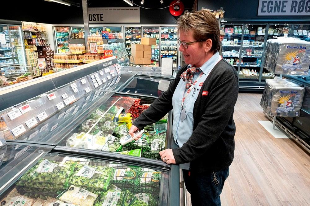 Kirsten Halskov Andersen fra Meny Kalundborg tjekker temperaturen i køleboksene. Foto: Jens Nielsen