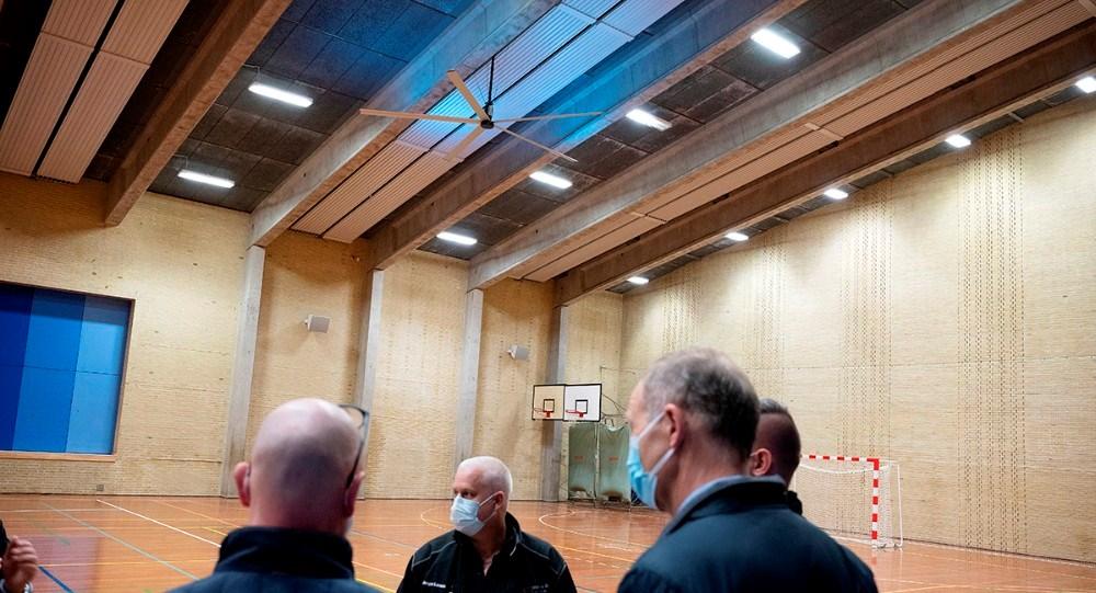 Der er opsat to af de nye ventilatorer i Høng Hallen. Foto: Jens Nielsen