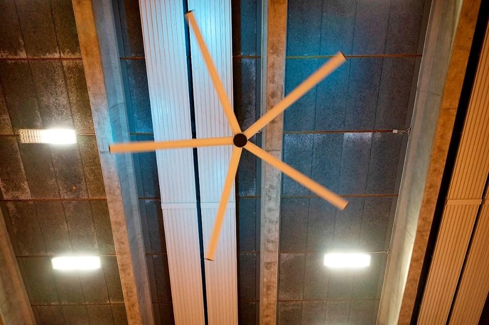 De store ventilatorer i Høng Hallen kan nu også fjerne luftbårne vira. Foto: Jens Nielsen