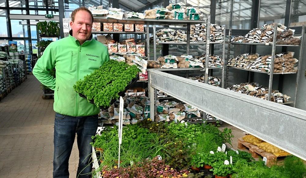 Rasmus Jensen ved det store udvalg af krydderurter. Foto: Jens Nielsen