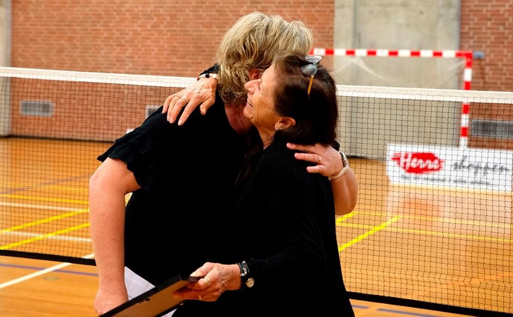 Inge Johansenfik af formand Gitte Brændemose, overrakt beviset på at hun nu er æresmedlem af Kalundborg Badmintonklub. Foto: Jens Nielsen
