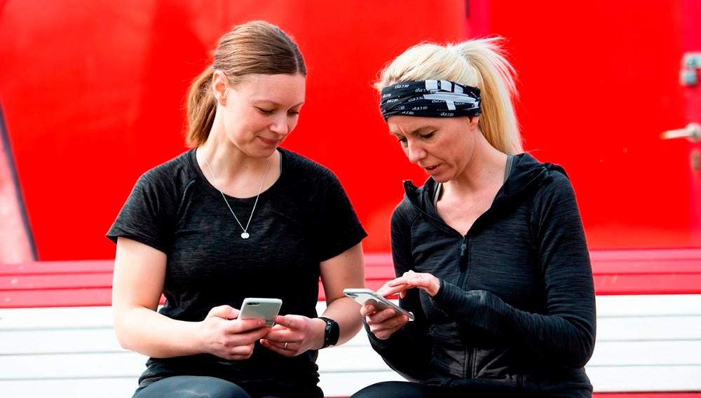 Løbeveninderne Line Kongsted og Maria Gjedsted står bag arrangementet, og er klar til at hjælpe inden start.. Foto: Jokum Tord Larsen