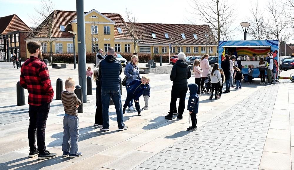 Køen var lang da Pandekagevognen Regnbuen åbnede fredag over middag. Foto: Jens Nielsen Foto: Jens Nielsen