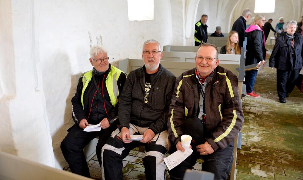 Bikere bænket i Aunsø gl. Kirke, til højre Niels Kristiansen, som har fået ideen til bikergudstjenesten. Foto: Jens Nielsen