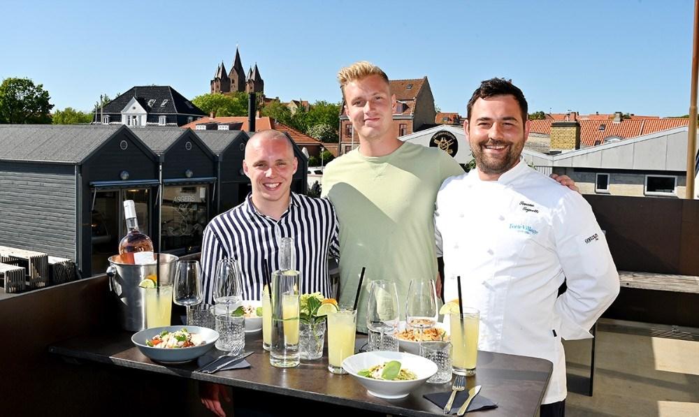 Simon Gaarde, der skal passe baren, Asger Øgelund og Michelin kokken Simone Tognetti. Foto: Jens Nielsen