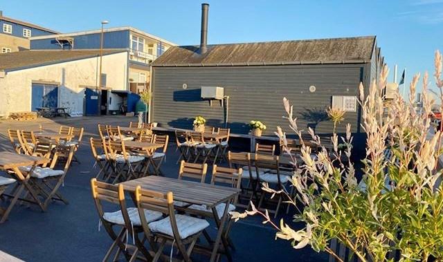 Der er kommet helt nye møbler til udeserveringen hos Asgers Fisk. Privatfoto