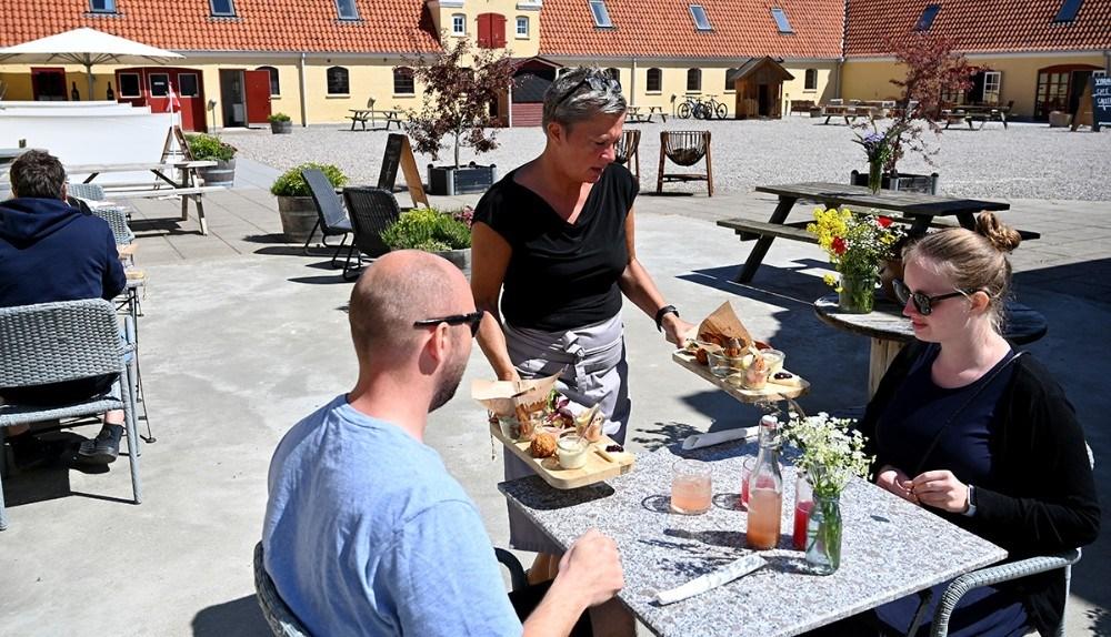 Når solen skinner har Tina Thrysøe, forpagter af Café Dyrehøj, rigtigt travlt. Foto: Jens Nielsen
