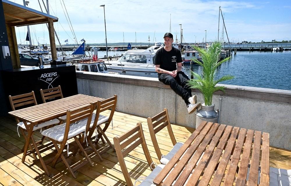 Asger Øgelund åbner udeserveringen på tirsdag på den helt nye terrasse. Foto: Jens Nielsen