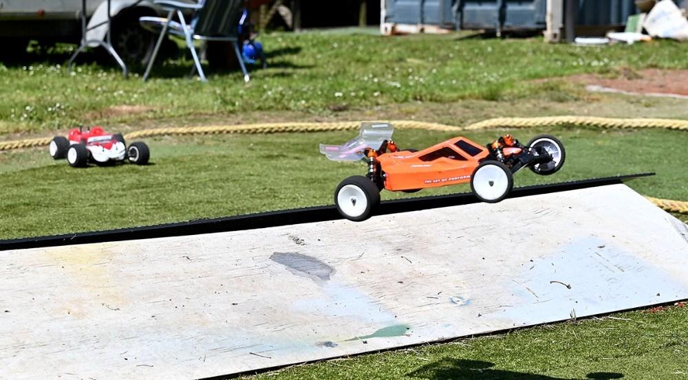 Der bliver også kørt stærkt på den nye lille bane for eldrevne modelbiler. Foto: Jens Nielsen