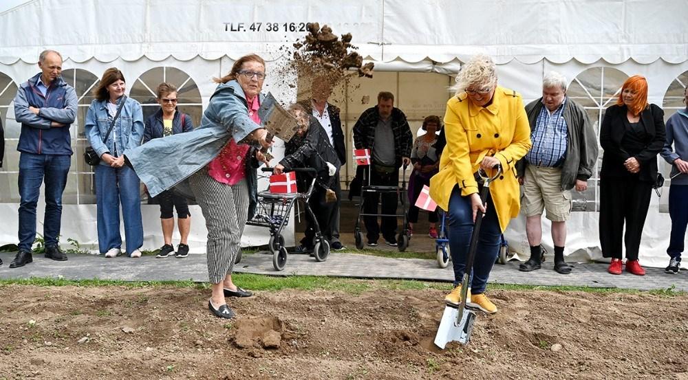 Formand for Boligselskabet Alliken, Maja Hansen og formand for Socialudvalget, Gitte Johansen (V), tog de første spadestik til det nye byggeri. Foto: Jens Nielsen