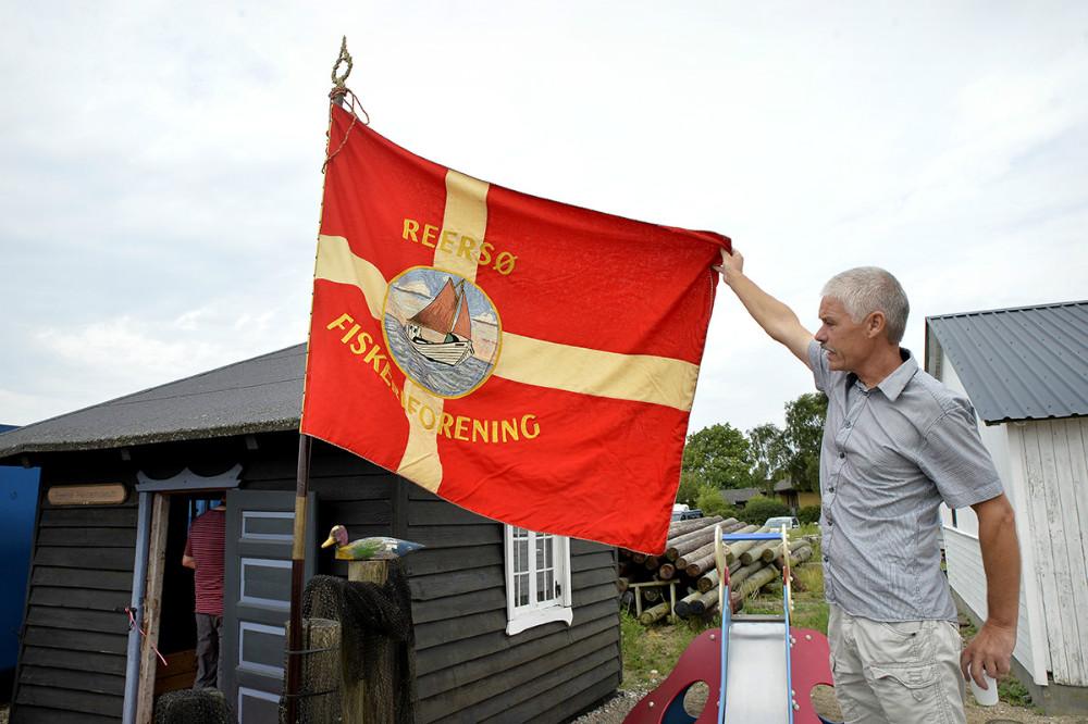 René Rohde, formand for Reersø Museum, præsenterede den flotte gamle fane fra Reersø Fiskeriforening. Foto: Jens Nielsen