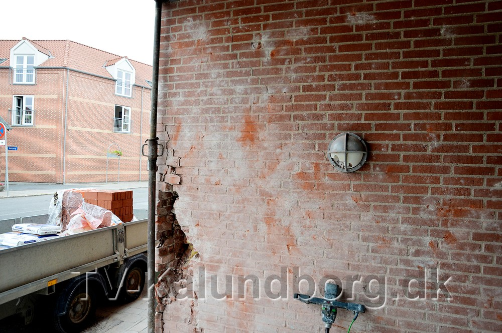 Der er store skader på væggen. Foto: Jens Nielsen