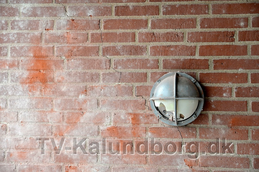 Muren er revnet langt ind i porten. Foto: Jens Nielsen