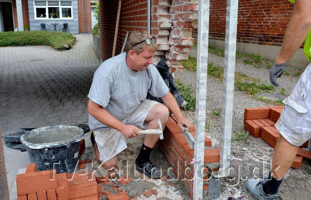 Murermester Thomas Giese, TG Byg, måtte rykke hurtigt ud da en bil påkørte en ejendom i Gørlev. Foto: Jens Nielsen
