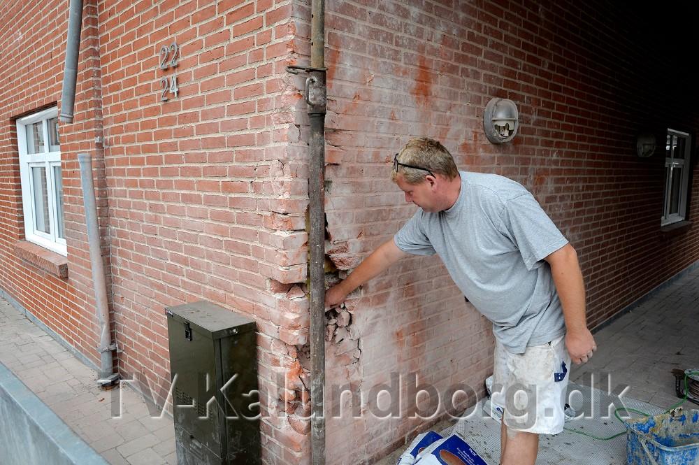 Thomas Giese undersøger skaderne på ejendommen. Foto: Jens Nielsen