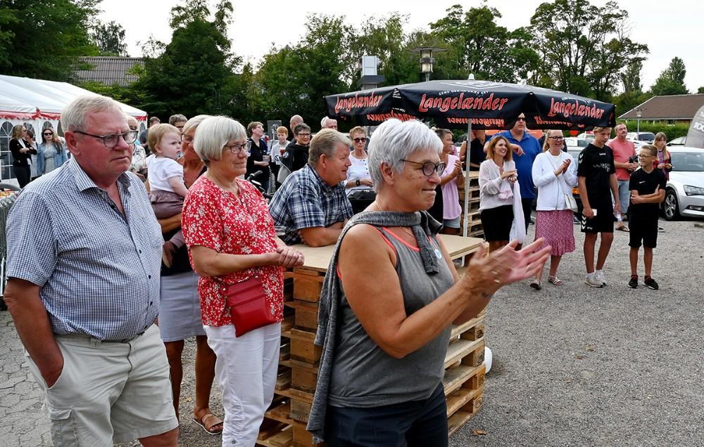 Der var nærmest sydlandsk stemning på pladsen foran Dagli'Brugsen i Raklev, fredag eftermiddag. Foto: Jens Nielsen