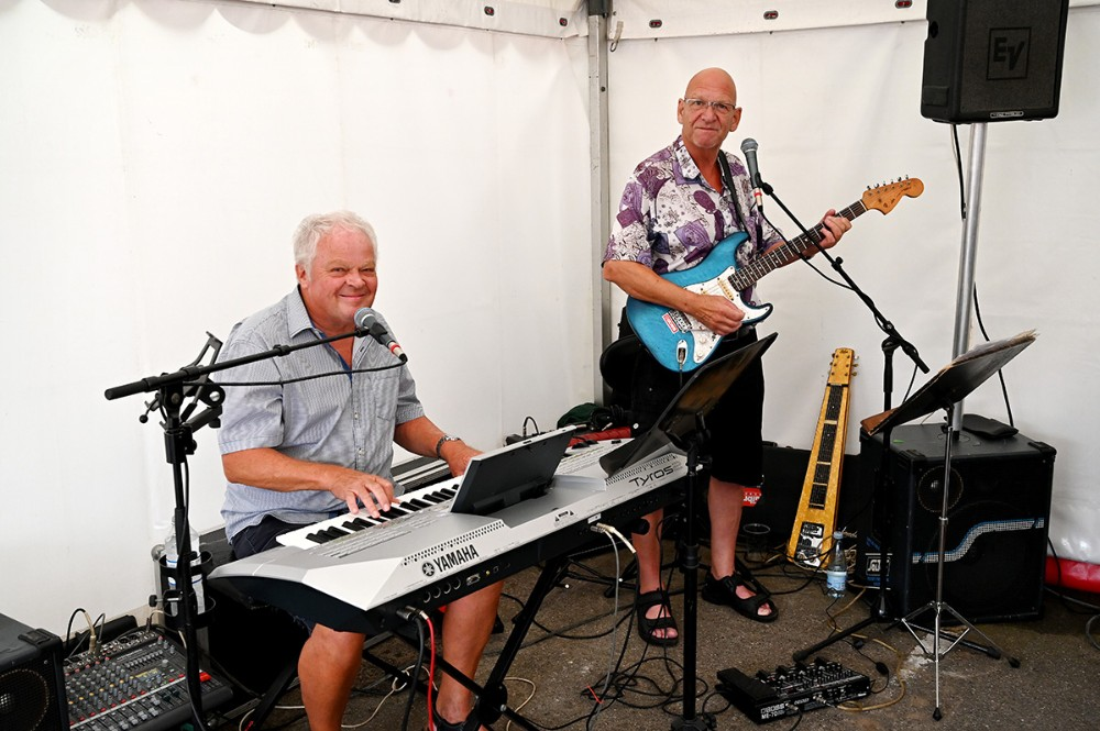 Erik Elmelund og Ib Johnsen sørgede for den musikalske underholdning i teltet. Foto: Jens Nielsen