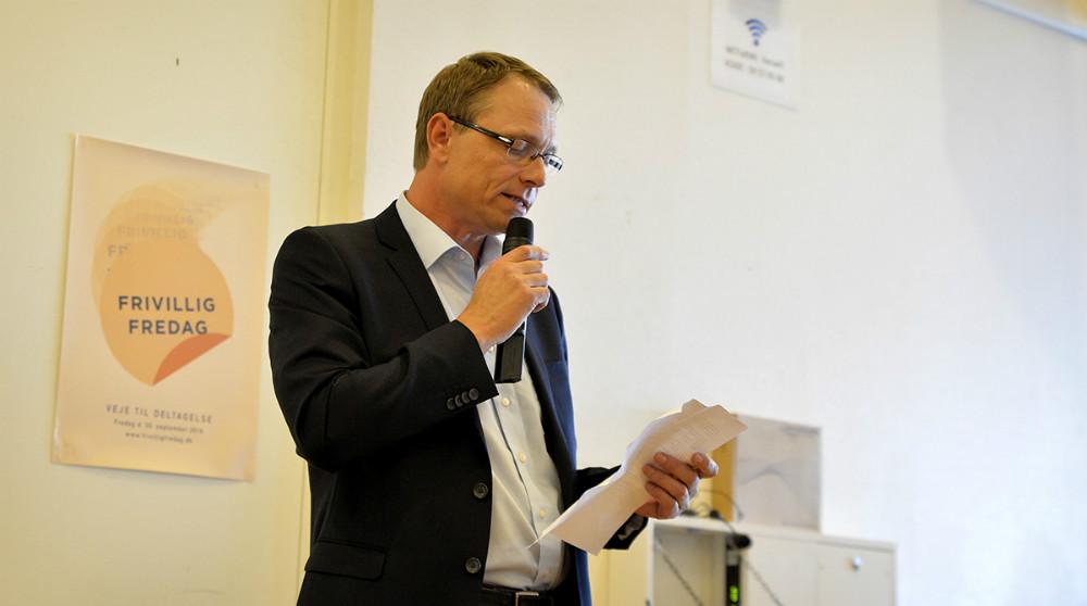 Peter Jacobsen fra indstillingsudvalget uddelte frivilligprisen. Foto: Jens Nielsen