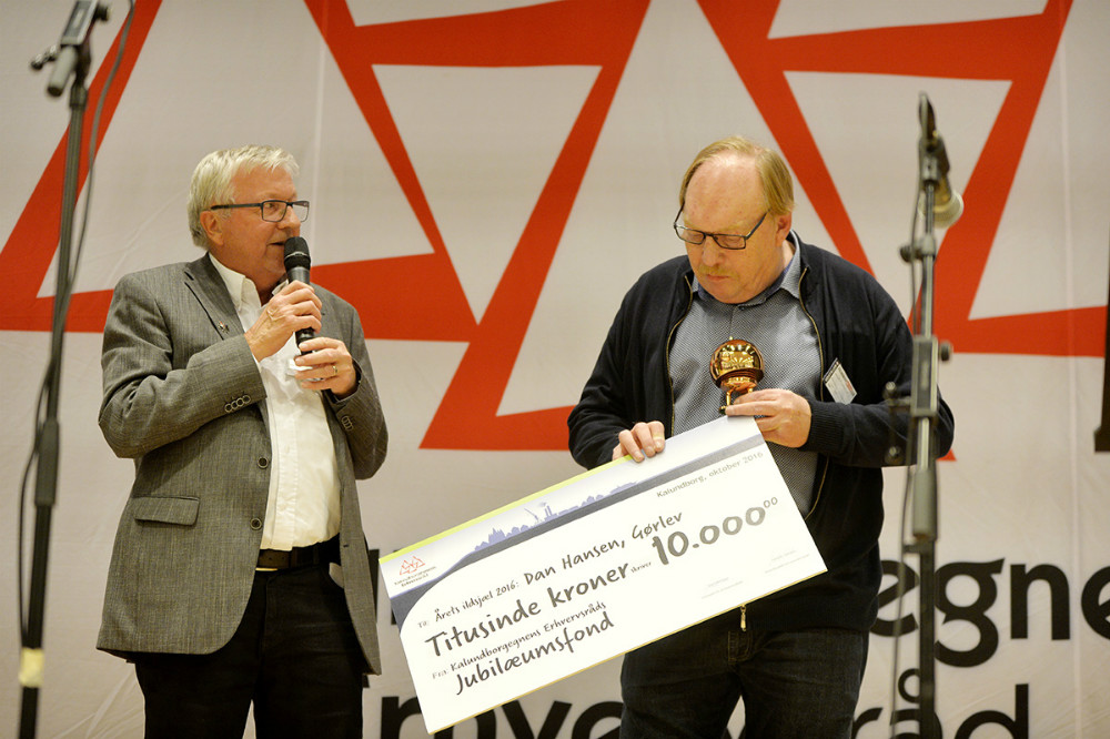 Dan Hansen fik overrakt prisen af Ole Lauritzen, bestyrelsesformand, Kalundborgegnens Erhvervsråd. Foto: Jens Nielsen