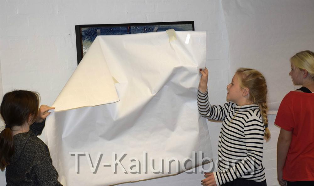 Kunstner Maja Lisa Engelhardt afslørede i dag, sammen med hele skolen, sinekunstværker på Raklev Skole i Kalundborg. Her er det elever fra 4. kl., der har fået lov til at afsløre reliefferne. Foto: Gitte Korsgaard