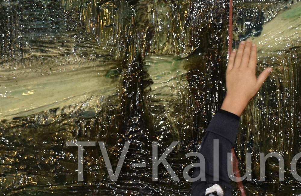 Kunstner Maja Lisa Engelhardt afslørede i dag sinekunstværker på Raklev Skole i Kalundborg. Foto: Gitte Korsgaard