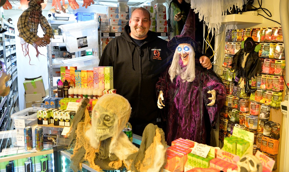 Jonas Bast Hansen i den mest uhyggelige butik i Kalundborg. Foto: Jens Nielsen
