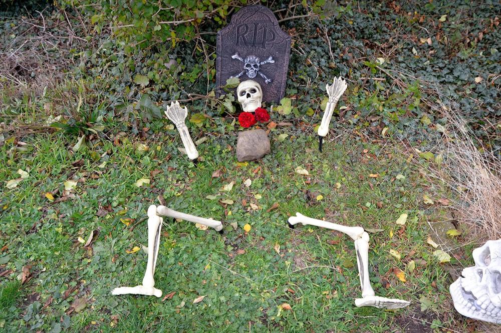 Kunderne bliver mødt af et gravsted hvor skellettet stikker op ad jorden. Foto: Jens Nielsen