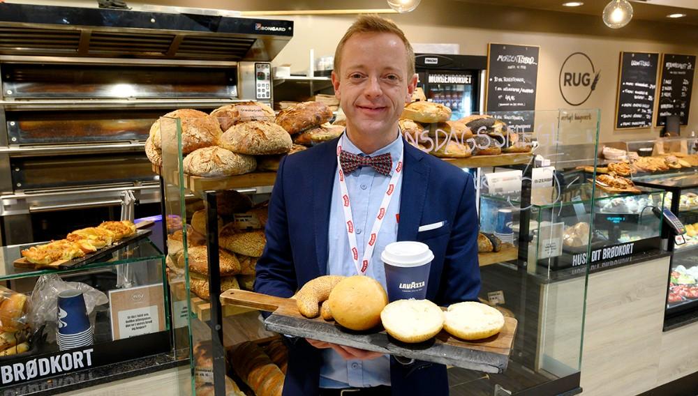 Meny købmand Peter Egebæk serverer gratis kaffe og rundstykker til de mange som møder op i Meny fredag morgen for at købe billet. Foto: Jens Nielsen