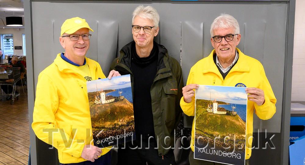 Den nye Kalundborg Plakat er klar til salg. Fra venstre, glarmester Kim Rørdam, fotograf Ole Agerbæk og Flemming Larsen, Lions Kalundborg. Foto: Jens Nielsen