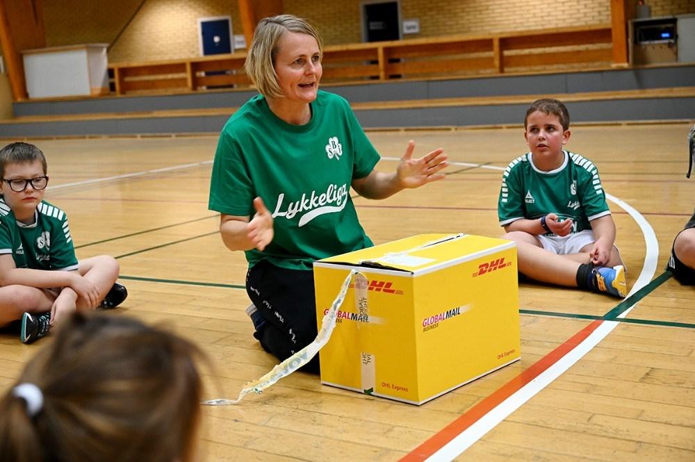 Rikke Nielsen havde gaver med til SBI LykkeLIga. Foto: Jens Nielsen