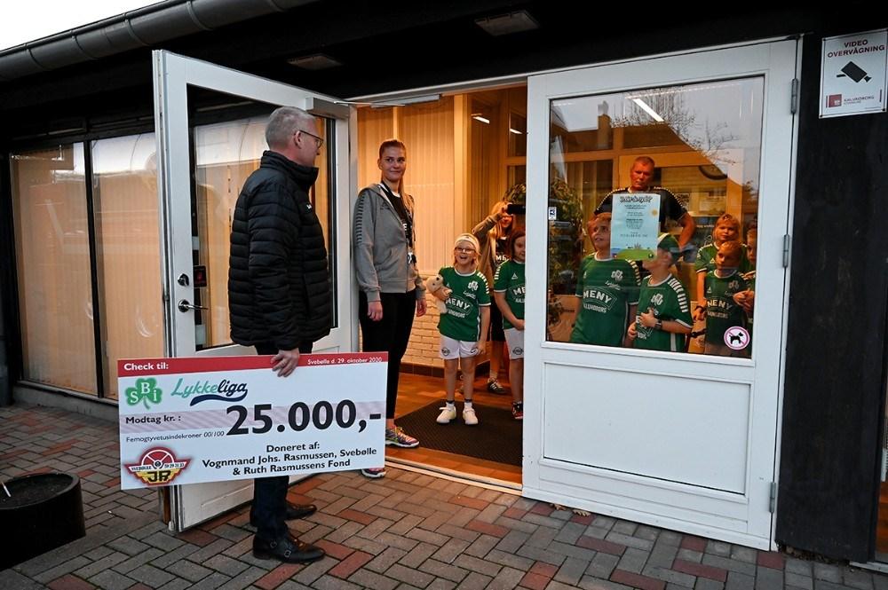 adm. direktør i Johs. Rasmussen Svebølle (JR), Klaus W. Rasmussen kom forbi Svebøhellen med en flot check til SBI LykkeLIga. Foto: Jens Nielsen