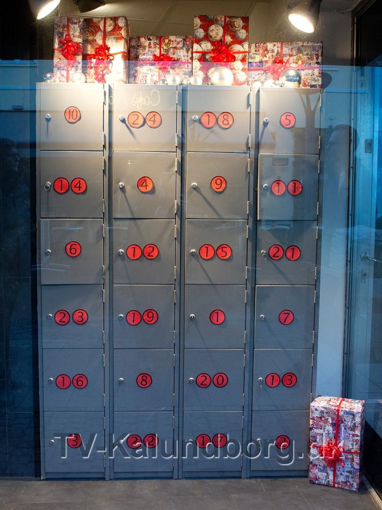 Den store pakkekalender i vinduet hos Beck Menswear. Foto: Jens Nielsen